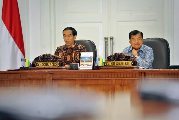 Presiden Joko Widodo (kiri) didampingi Wapres Jusuf Kalla (kanan) memimpin Rapat Terbatas membahas persiapan pelaksanaan Asian Games ke-18 Tahun 2018 di Kantor Kepresidenan, Jakarta, Jumat (11/12).