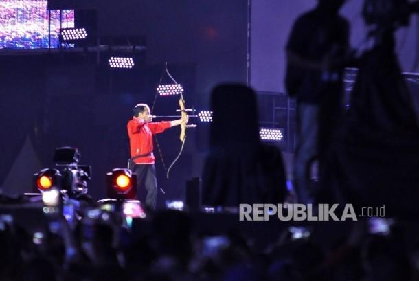 Presiden Joko Widodo memanah untuk membuka acara hitung mundur Asian Games 2018 di Monumen Nasional, Jakarta, Jumat (18/8).