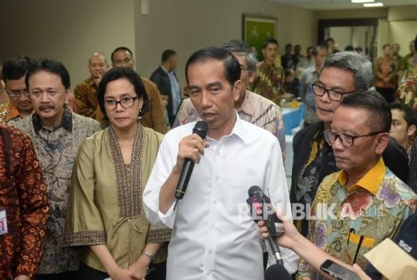 Presiden Joko Widodo memantau pelayanan penerimaan laporan daftar kekayaan wajib pajak pada hari terakhir Program Tax Amnesty di Dirjen Pajak Pusat, Jakarta, Jumat (30/9).