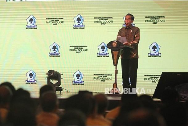 Presiden Joko Widodo memberikan sambutan saat pembukaan Musyawarah Nasional Luar Biasa (Munaslub) Partai Golkar di Jakarta Convention Center, Jakarta, Senin (18/12).