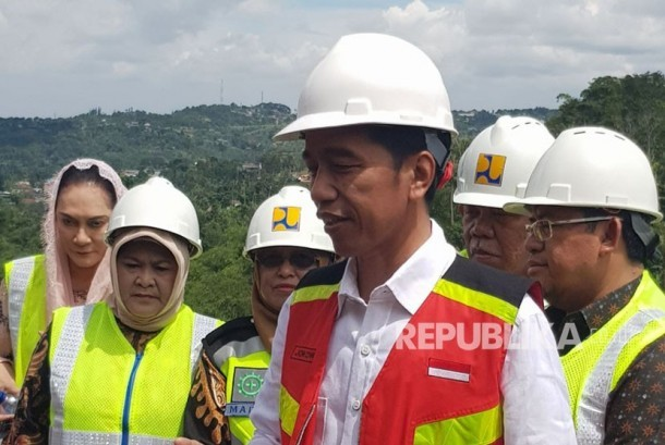 President Joko Widodo oversees construction of Ciawi dam project in Bogor, on Friday (December 15).