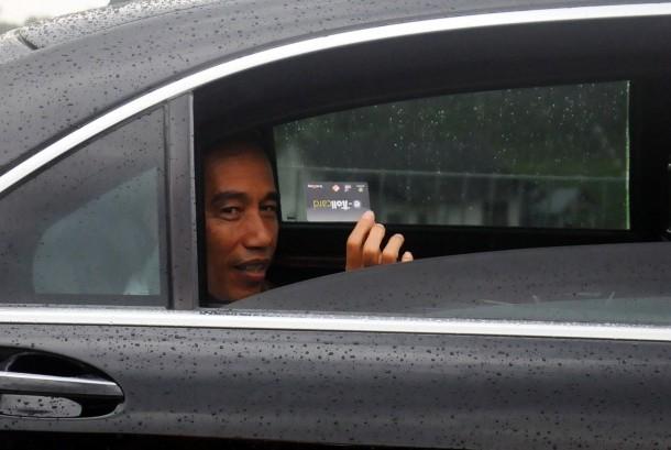 Presiden Joko Widodo menunjukkan kartu e-Toll seusai peresmian jalan tol Semarang-Solo seksi III Bawen-Salatiga di Gerbang Tol Salatiga, Jawa Tengah, Senin (25/9).