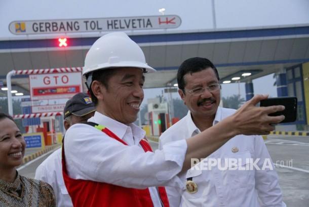 Presiden Joko Widodo meresmikan dua ruas jalan tol di Kualanamu, Deli Serdang, Sumut, Jumat (13/10) sore.