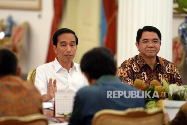 Presiden Joko Widodo saat mengumumkan Paket Kebijakan Ekonomi ke-12 di depan petinggi media di Istana Negara, Jakarta, Kamis (28/4).Republika/Wihdan Hidayat