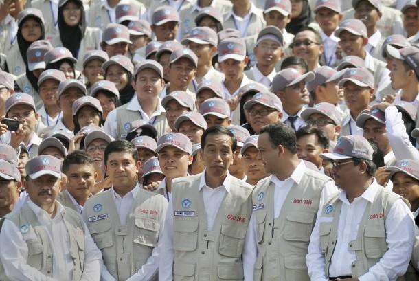 Presiden Joko Widodo (tengah) berdiskusi dengan Mendikbud Anies Baswedan (kedua kanan) didampingi MenPAN-RB Yuddy Chrisnandi (kedua kiri) saat melepas Guru Garis Depan (GGD) di halaman Istana Negara, Jakarta, Senin (25/5).