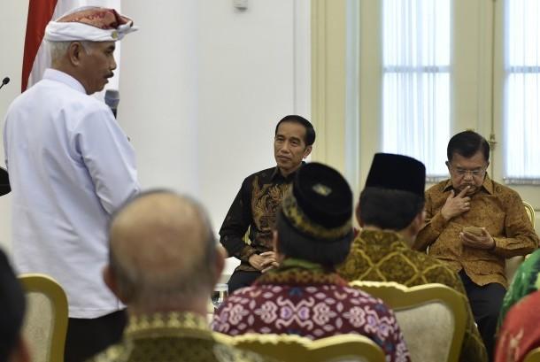 Presiden Joko Widodo (tengah) bersama Wakil Presiden Jusuf Kalla (kanan) mendengarkan laporan Ketua Umum Asosiasi Forum Kerukunan Umat Beragama Ida Penglingsir Agung Putra Sukahet (kiri) saat pertemuan di Istana Bogor (Ilustrasi)