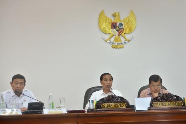 Presiden Joko Widodo (tengah) bersama Wapres Jusuf Kalla (kanan), serta Menko Polhukam Wiranto (kiri) memimpin Rapat Terbatas bersama Menteri Kabinet Kerja membahas Reformasi bidang Hukum di Kantor Kepresidenan, Jakarta, Selasa (17/1). Presiden