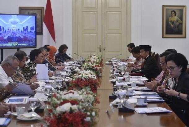 Presiden Joko Widodo (tengah kanan) memimpin rapat terbatas tentang optimalisasi dana desa di Istana Bogor, Jawa Barat, Rabu (18/10).