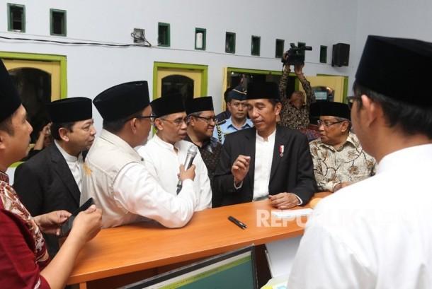 Presiden Jokowi didampingi Ketua OJK Wimboh Santoso dan Ketua Umum PBNU Said Aqil Siradj,  meresmikan Lembaga Keuangan Mikro Syariah Bank Wakaf Mikro di Pesantren KHAS Kempek Cirebon, Jumat (20/10).