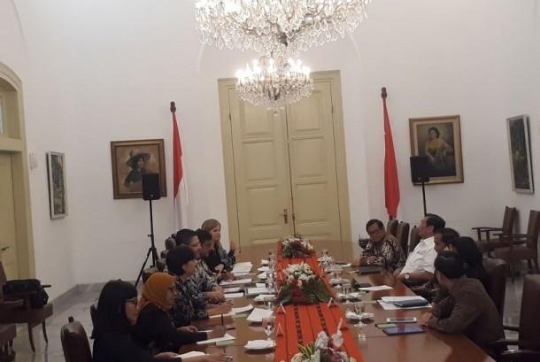 Presiden Jokowi didampingi sejumlah menteri menerima kunjungan perwakilan Bank Dunia Indonesia, Selasa (21/11).