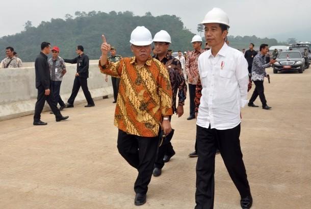 Presiden Jokowi meninjau pembangunan jalan tol Semarang-Solo.