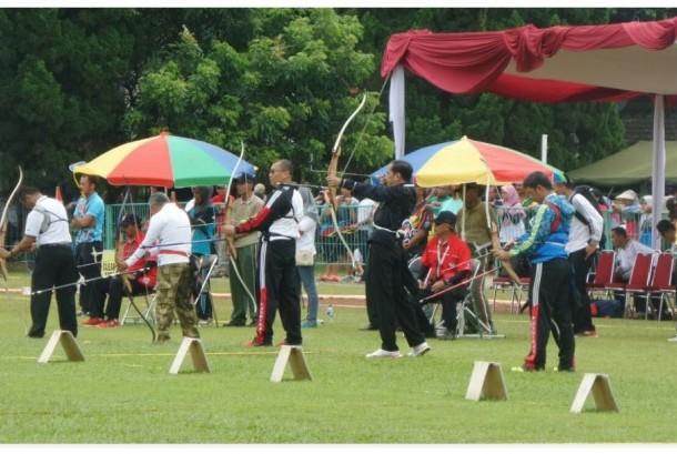 Presiden Jokowi menjadi peserta lomba panahan kelas eksekutif nasional, Ahad (22/1).