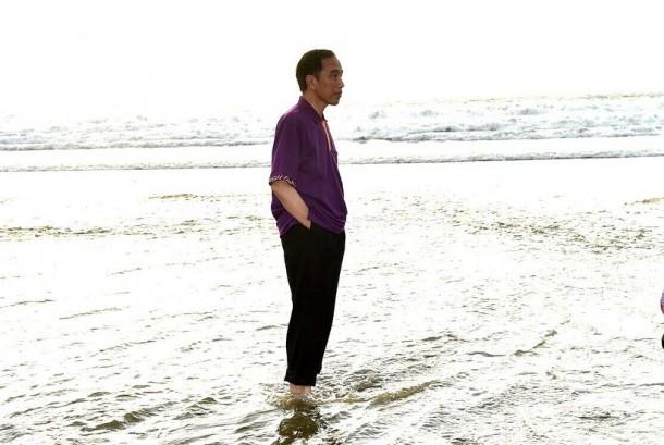 Presiden Jokowi saat di pantai di Bali