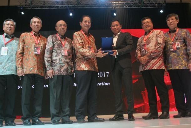 """Presiden Komisaris PT Bank Central Asia Tbk (BCA) DE Setijoso (tengah kiri), Komisaris Independen BCA sekaligus Pembina BCA Learning Service Cyrillus Harinowo (tengah kanan), dan Menteri Komunikasi dan Informatika Republik Indonesia Rudiantara (tengah), yang disaksikan jajaran direksi dan manajemen BCA, membunyikan sirine pertanda dimulainya Indonesia Knowledge Forum VI """"Moving Our Nation to the Next Level"""" di Jakarta, Selasa (03/10)."""