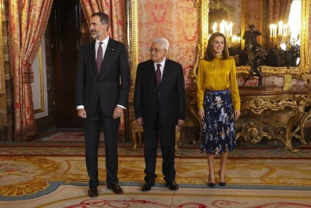 Presiden Palestina Mahmoud Abbas (tengah) berpose bersama Raja Spanyol Felipe VI dan Ratu Letizia di Royal Palace, Madrid, Spanyol, Senin (21/11).