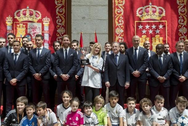 Presiden Regional Madrid Cristina Cifuentes (tengah), berpose dengan tim sepak bola Real Madrid untuk merayakan kemenangan di Istana Pemerintah Madrid.