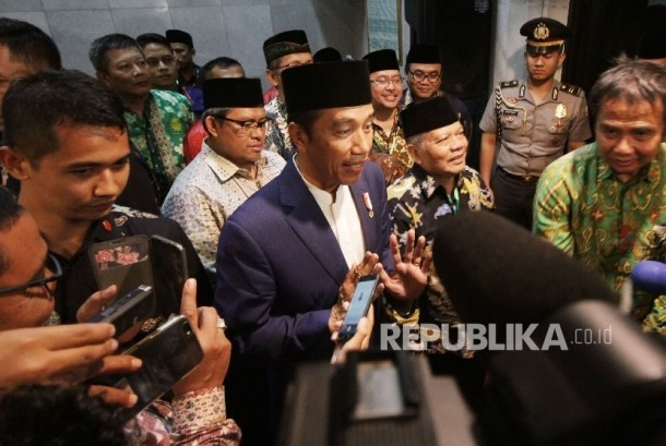 President Joko Widodo interviewed by reporters during a visit to Central Board of Islam Unity (Persis) office, in Bandung city, Tuesday (October 17) night.