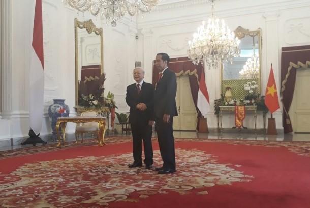 Presiden RI Joko Widodo (kanan) dan Sekjen Partai Komunis Vietnam Nguyen Phu Trong (kiri) berjabat tangan di Istana Negara, Jakarta, Rabu (23/8).