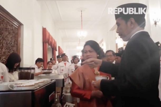 Presiden RI, Joko Widodo saat mencicpi kopi khas Indonesia di Istana Negara, Jakarta.