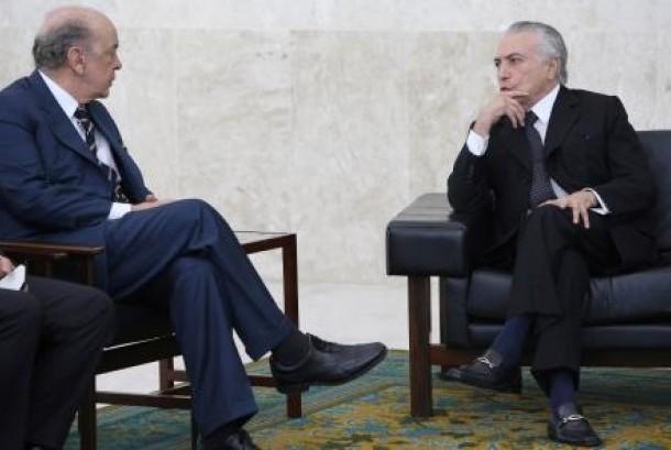 Presiden sementara Brasil Michel Temer (kanan) dan Menteri Luar Negeri Jose Sera menghadiri upacara penyerahan surat kepercayaan sejumlah diplomat baru di Istana Planaltodi Brasilia, Brasil, 25 Mei 2016.