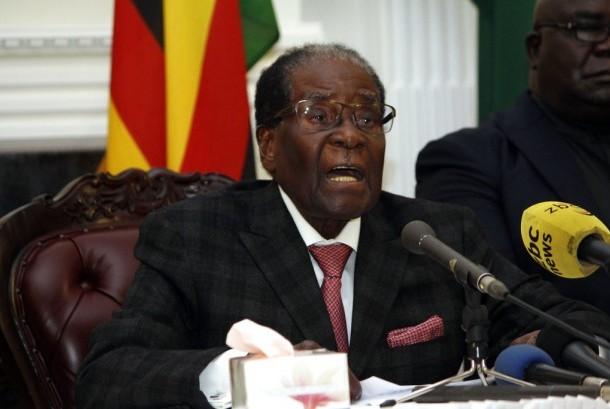 Presiden Zimbabwe Robert Mugabe menyampaikan pidato di Istana Negara di Harare, Ahad, (19/11).
