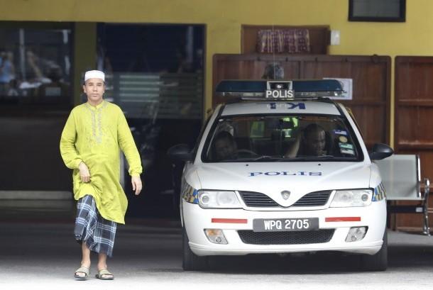 Pria melangkah keluar dari departemen forensik di General Hospital KL, Malaysia (17/2). Jenazah saudara seayah pemimpin Korut yang dibunuh di KL, Kim Jong-nam, masih berada di ruang jenazah rumah sakit itu.