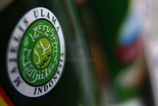 Produk dengan label halal terpajang di salah satu supermarket di Jakarta, Selasa (23/9). (Republika/Prayogi).