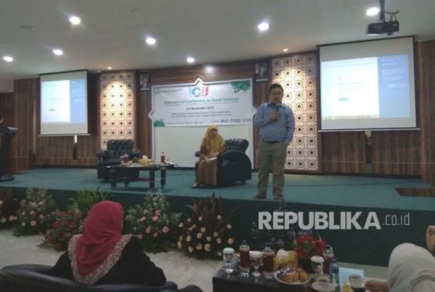 Prof. Adi Fahrudin, Ph.D saat menyampaikan materi di Workshop Publication in International Journal, pada  International Conference of Social Sciences, di Universitas Muhammadiyah Jakarta (UMJ), Kamis (2/11).