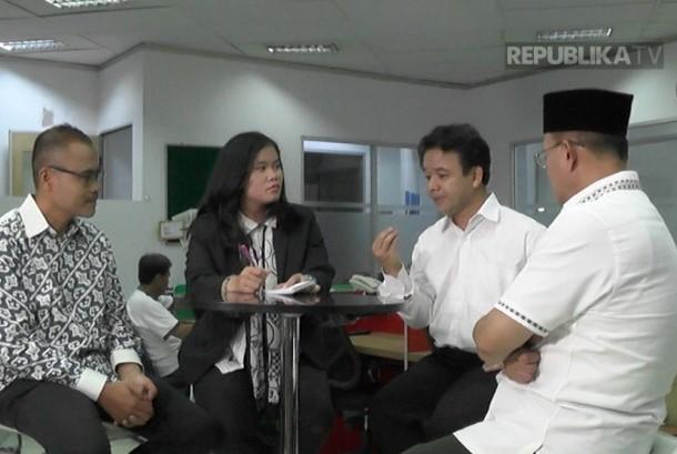 Prof Rokhmin Dahuri, mantan Menteri Kelautan RI (Kanan), Prof Ibnu Hamad, Guru Besar Ilmu Komunikasi Fisip Universitas Indonesia (Kedua kanan), Irfan Junaidi, Pemimpin Redaksi Republika (Kiri), pembawa acara Farah Nabila Noersativa, Reporter Republika (kedua kiri).