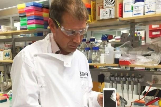 Profesor Kirill Alexandrov dengan purwarupa alat diagnosis.
