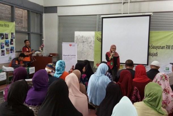 Program Ramah Lansia digelar di area gedung SMA PGRI 1, RW 05 Kelurahan Sukagalih, Kecamatan Sukajadi, Kota Bandung.