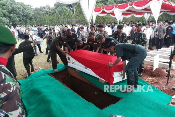 Proses pemakaman Almarhum AM Fatwa di Taman Makam Pahlawan (TMP) Kalibata, Kamis (14/12).