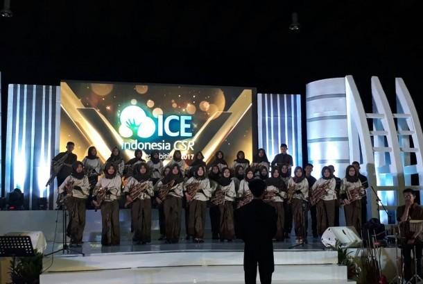 Puluhan anak juara binaan Rumah Zakat memainkan angklung dengan irama lagu nasional dalam acara Indonesia CSR Exhibition 2017 di Kartika Expo, Balai Kartini, Jalan Gatot Subroto, Jakarta Selatan, Jumat (18/8) pagi.