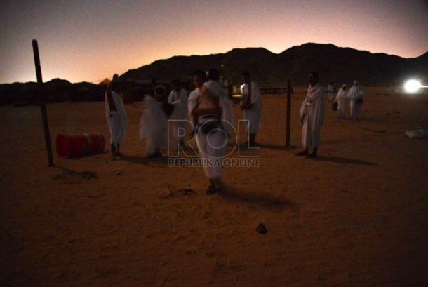 Puluhan jamaah haji asal Indonesia, Malaysia, dan Maroko melintasi perbukitan gurun memasuki wilayah Makkah (Ilustrasi)