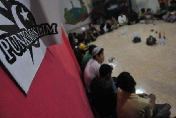 Puluhan pemuda yang tergabung dalam komunitas Punk Muslim melakukan pengajian Ramadhan di kawasan Pulogadung, Jakarta Timur, Senin malam (8/8). Komunitas ini menjadi media dakwah di kalangan anak punk yang dicap tanpa orientasi dan meninggalkan agamanya.
