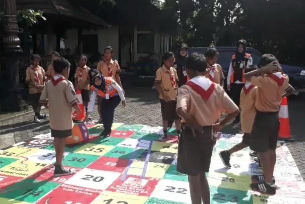 Puluhan siswa dari SD Kestalan Solo saat mengikuti sosialisasi tertib berlalu lintas oleh Dishub kota Solo