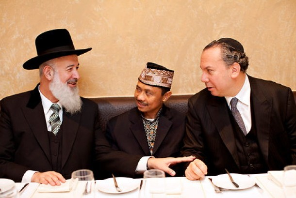 Rabbi Yona Metzer, left, Imam Shamsi Ali, center, and Rabbi Marc Schneier (Ilustrasi)