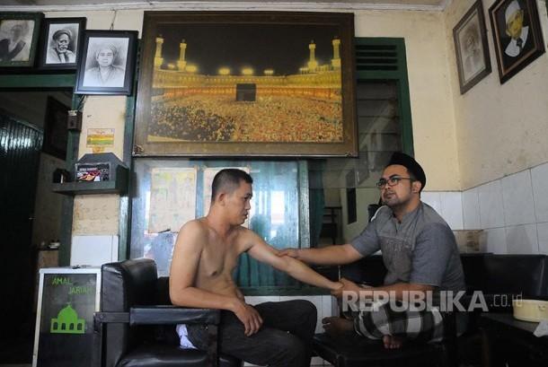 RANA: Proses pengobatan di lokasi pengobatan pijat patah tulang Haji Na'im.