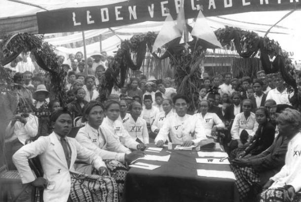 Ribuan umat Islam melaksanakan shalat Ied di Masjid Agung Jawa Tengah (MAJT), Semarang, Ahad (19/8). (Aditya Pradana Putra/Republika)