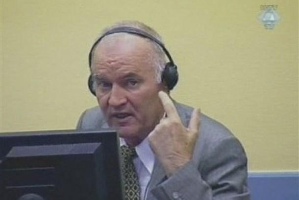 Ratko Mladic ketika membuat keributan di ruang sidang.