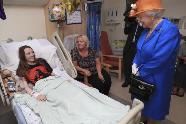 Ratu Elizabeth II (kanan) berbincang dengan Milie Robson (15) dan ibunya, Marie, saat berkunjung ke Royal Manchester Children Hospital yang merawat sejumlah korban bom di konser Ariana Grande.
