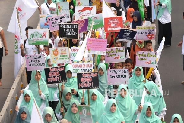 Ratusan anggota komunitas ODOJers melakukan pawai Tarhib Ramadhan menyambut datangnya bulan suci Ramadhan saat Hari Bebas Kendaraan Bermotor, Jakarta, Ahad (5/6). (Republika/ Wihdan)