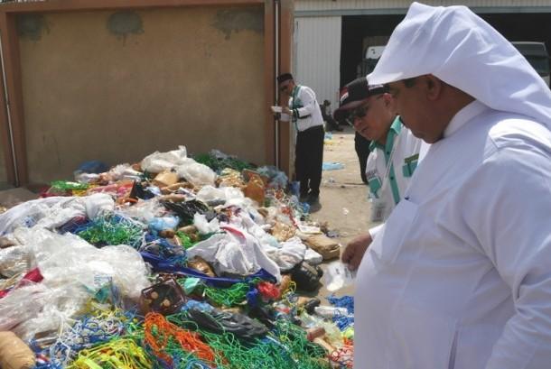 Ratusan botol mineral berisikan zamzam tersisir dari koper jamaah haji dan akan dibuang percuma