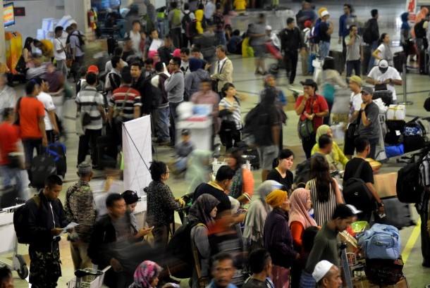 Ratusan calon penumpang memadati Terminal I Bandara Internasional Juanda Surabaya di Sidoarjo, Jawa Timur, Rabu (10/5).