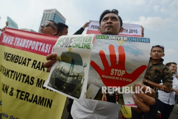 Hundreds driver of app-based transportation held a peaceful rally in front of Parliamentary building, Jakarta, Monday (August 22, 2016).