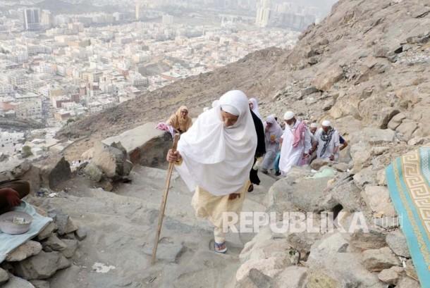 Ratusan jamaah haji mendaki gunung Jabal Nur di Makkah, untuk untuk menyaksikan dari dekat Gua Hira, lokasi wahyu pertama kali turun kepada Nabi Muhammad SAW.
