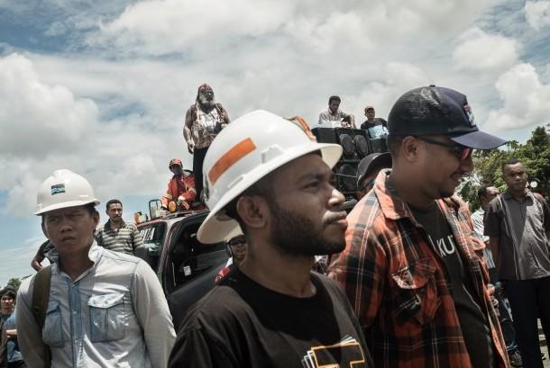 Ratusan karyawan PT Freeport Indonesia berdemonstrasi di Kantor Bupati Mimika, Papua pada 17 Februari 2017..