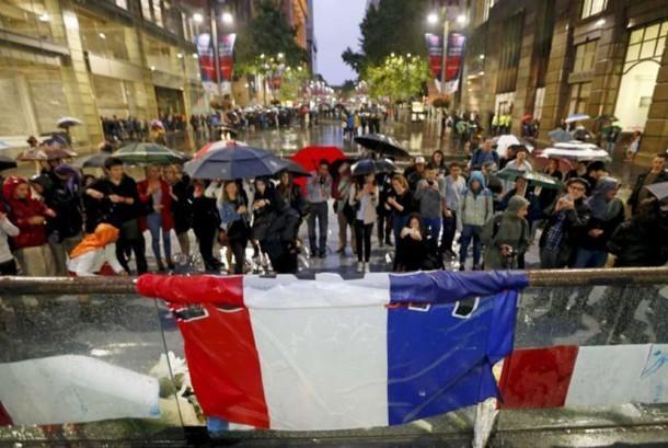 Ratusan orang menghadiri do'a bersama untuk menghormati korban serangan teroris di Paris di Martin Place Sydney.