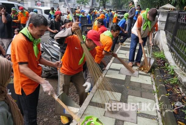 Ratusan pegawai PT POS Indonesia melakukan operasi bersih pada acara