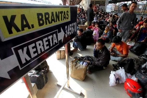 Ratusan penumpang menunggu kereta api ekonomi